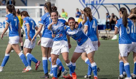 Jugadores de l'AEM celebren un gol durant el partit de diumenge passat amb el Seagull.