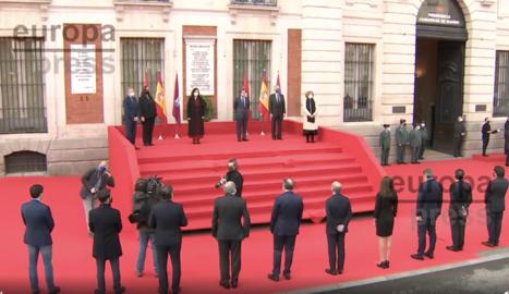 Imágenes de la presidenta de la Comunidad de Madrid, Isabel Díaz Ayuso, junto con el alcalde de Madrid, José Luis Martínez-Almeida, y los representantes de las asociaciones de víctimas