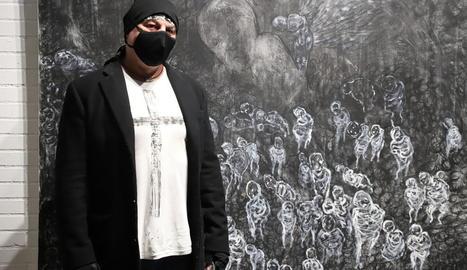 L'artista lleidatà Gregorio Iglesias Mayo, al costat de 'L'àngel' l'octubre passat a l'Espai Cavallers.