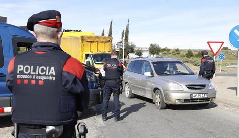 Imatge d'un control policial per evitar desplaçaments no permesos aquestes últimes setmanes.