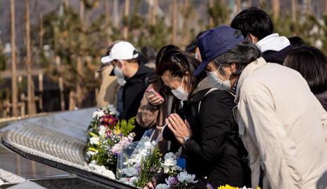 Els japonesos van recordar les víctimes i van fer un minut de silenci a les 14.46, hora del succés.