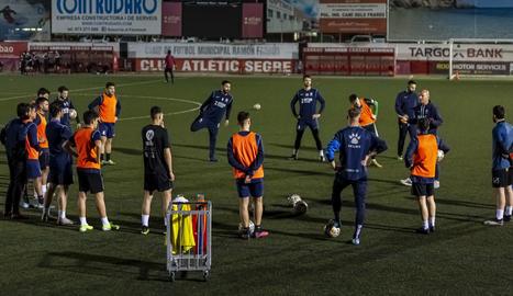 Jugadores del Atlètic Lleida, durante la sesión de entrenamiento que hicieron ayer de cara al partido de mañana contra el Martorell.
