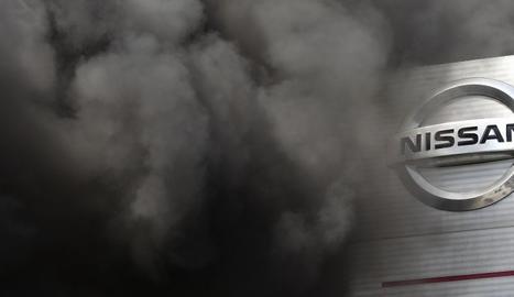 Entrada de la fàbrica de Nissan a la Zona Franca de Barcelona, envoltada pel fum, durant les protestes de l'any passat