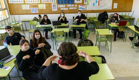 LLENGUA DE SIGNES. L'Engracia, fent classe a l'IES Ronda de Lleida.