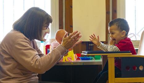 La logopeda Irene Pacual treballant amb el Pau, que només té dos anys i porta audiòfons.