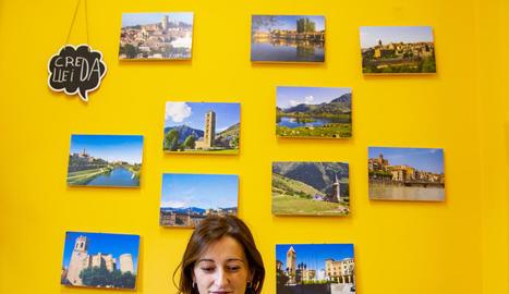La directora del CREDA Lleida, Cristina Boronat, amb imatges de les comarques on treballa