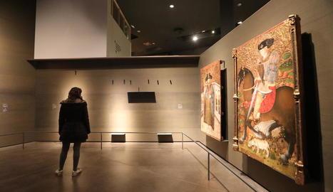 Una visitant del Museu de Lleida contempla una de les parets buides després del trasllat de les obres.