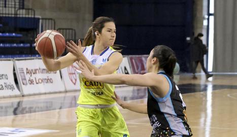 Laure Resimont supera la pressió d'Adrijana Knezevic i Bojana Kovacevic.