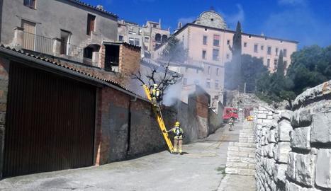 Els bombers van treballar en el foc d'una casa a Cervera.