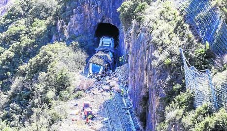 El tren protegit amb pneumàtics al lloc del sinistre, on s'està sanejant el talús.