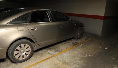 Imatge ahir d'un dels vehicles que els lladres van forçar per robar al seu interior.