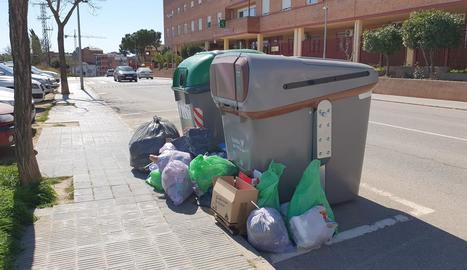 Bosses d'escombraries al costat de contenidors a Pardinyes.
