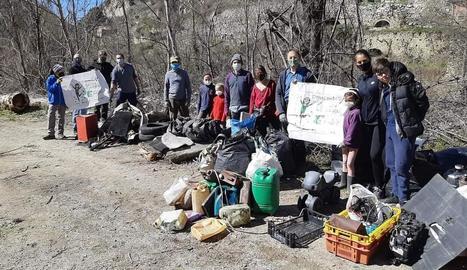 Els voluntaris que van participar en l'acció de neteja.