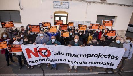 La manifestació ahir a la tarda a Ribera d'Ondara amb motiu del ple municipal.