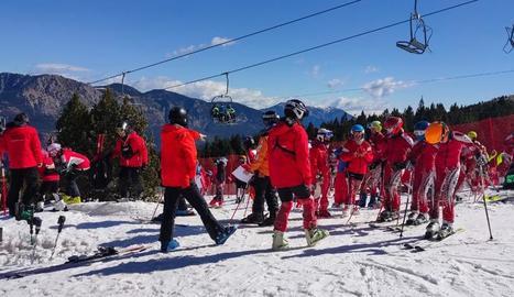 Alumnes de clubs d'esquí diumenge durant un entrenament a Port del Comte.