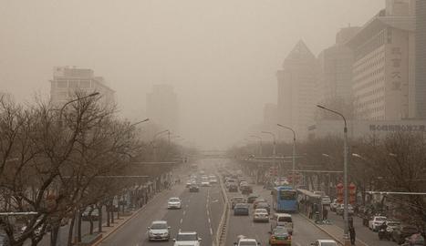 Imatge de la sorra en suspensió en una de les avingudes de Pequín.