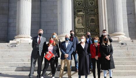Membres d'Esquerra Republicana, Junts, la CUP i el PDeCat posen a l'escalinata del Congrés dels Diputats.
