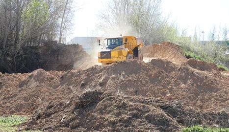 Maquinària movent terra per construir el nou polígon, ahir.