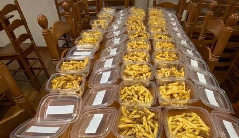 Voluntaris de la penya Sogall van elaborar dijous passat el primer menú d'aquesta iniciativa solidària.