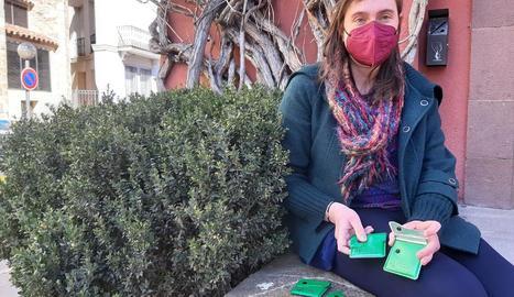 Esther Canturri, tècnica de l'ajuntament, amb els cendrers.