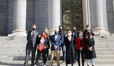 Representants d'ERC, JxCat, PDeCAT, CUP i Òmnium, ahir, davant del Congrés, al presentar la seua proposició de llei d'amnistia.