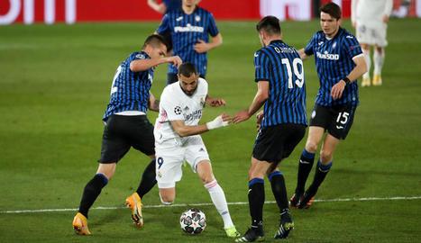 Benzema, envoltat de rivals, en una acció del partit d'ahir.