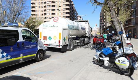 Accident lleu d'un camió de mercaderies perilloses a Lleida ciutat