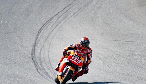 Márquez, ahir a Montmeló amb la rèplica de MotoGP amb la qual va rodar per provar el seu estat físic.