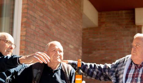 Usuaris i treballadors del Centre Geriàtric Lleida van menjar ahir calçots. A la imatge superior esquerra, Amadora, de 99 anys.