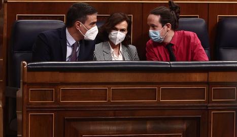 Pedro Sánchez i Pablo Iglesias conversen amb la vicepresidenta Carmen Calvo.