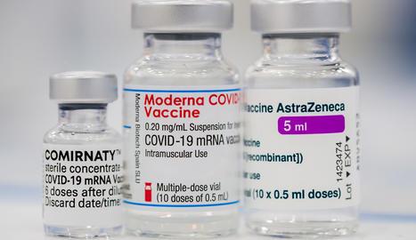 Vials amb la vacuna d'AstraZeneca.