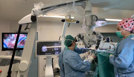 Sanitaris de l'Arnau, amb el neuronavegador i el microscopi.