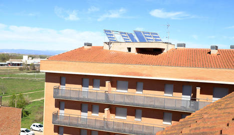 Vista de l'edifici que ha estat desvalisat, del qual també s'han emportat part de les plaques solars.