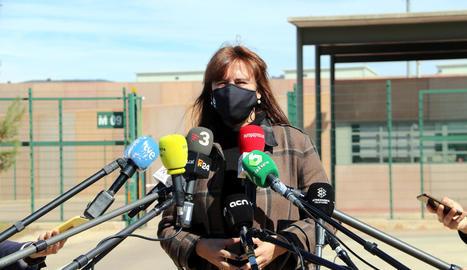 La presidenta del Parlament, Laura Borràs, ahir, a la sortida de la presó de Lledoners.