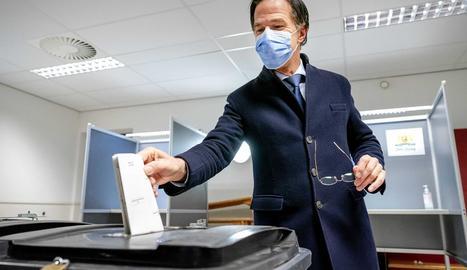 El primer ministre Mark Rutte dipositant el seu vot dimecres.