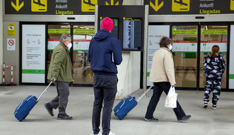Viatgers a la terminal d'arribades de l'aeroport de Palma, ahir.
