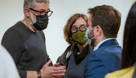 Carles Riera i Eulàlia Reguant (CUP-UNCPG) parlant amb Pere Aragonès (ERC) el 17 de març.