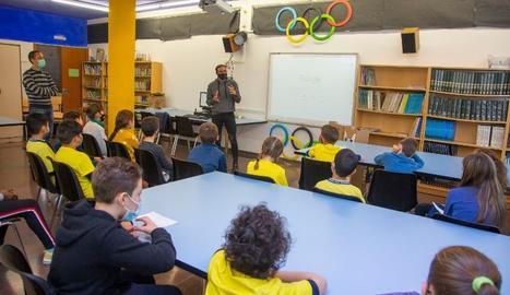 El genet olímpic lleidatà Albert Hermoso fent una xerrada a alumnes de l'escola Guillem Isarn.