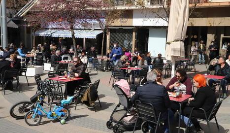 Imatge de clients en una terrassa de Lleida ciutat diumenge passat.