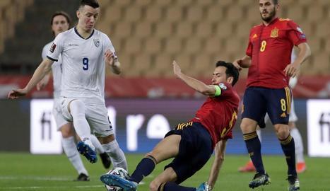 Sergio Busquets lluita una pilota amb el centrecampista de Kosovo Bersant Celina.