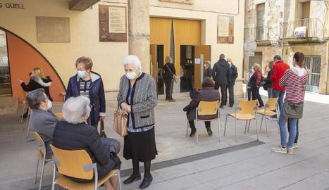 La immunització continua a Lleida - Tàrrega (a la imatge) i Balaguer van acollir ahir una altra jornada de vacunació per a persones majors de 80 anys. A Tàrrega el punt de vacunació va ser la biblioteca Germanes Güell i a Balaguer, el Teatre  ...