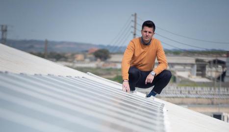 GRANGES AUTOSUFICIENTS. Eduard Oró en una de les instal·lacions de panells solars