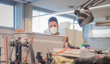 LABORATORI. Álvaro de Gracia comprovant el dipòsit d'un dels prototips de sistema per emmagatzemar fred i calor al laboratori del CREA de la UdL