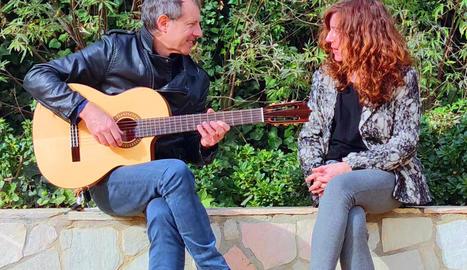 El guitarrista i escriptor Josep Manel Vega, establert a Os de Balaguer, i l'actriu Àngels Bassas.