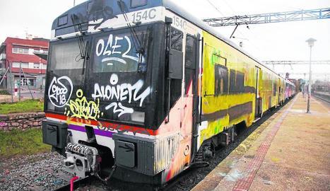 Imatge d'arxiu d'un tren afectat per grafitis a l'estació de Cervera.