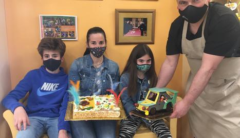 Premi de les xarxes - La Rosa Peguero, la guanyadora del sorteig de Facebook, i els seus dos fills posen amb el pastisser de la Noguera.