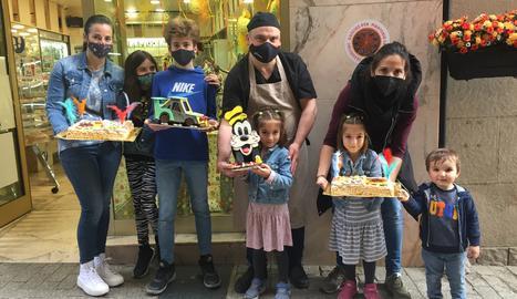 Els guanyadors de les mones posen amb Pere Graells, amo de la pastisseria i patrocinador del concurs de 'Cercle'.