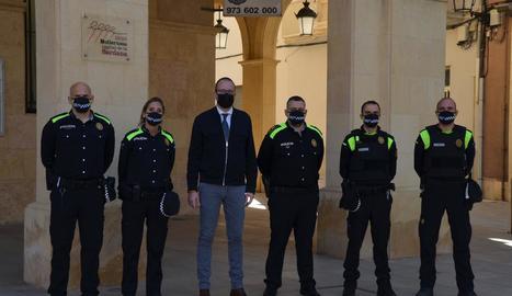 Marc Solsona i Salvador Tuxans, amb els quatre nous agents.