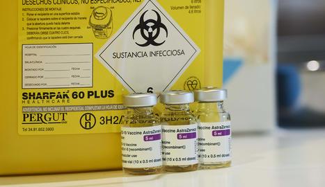 Diversos vials amb la vacuna d'AstraZeneca