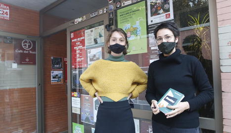 Ramona Solé va firmar exemplars de 'Bisturí' a la irreductible i Eva Baltasar (dreta) va presentar 'Boulder' al Cafè del Teatre.